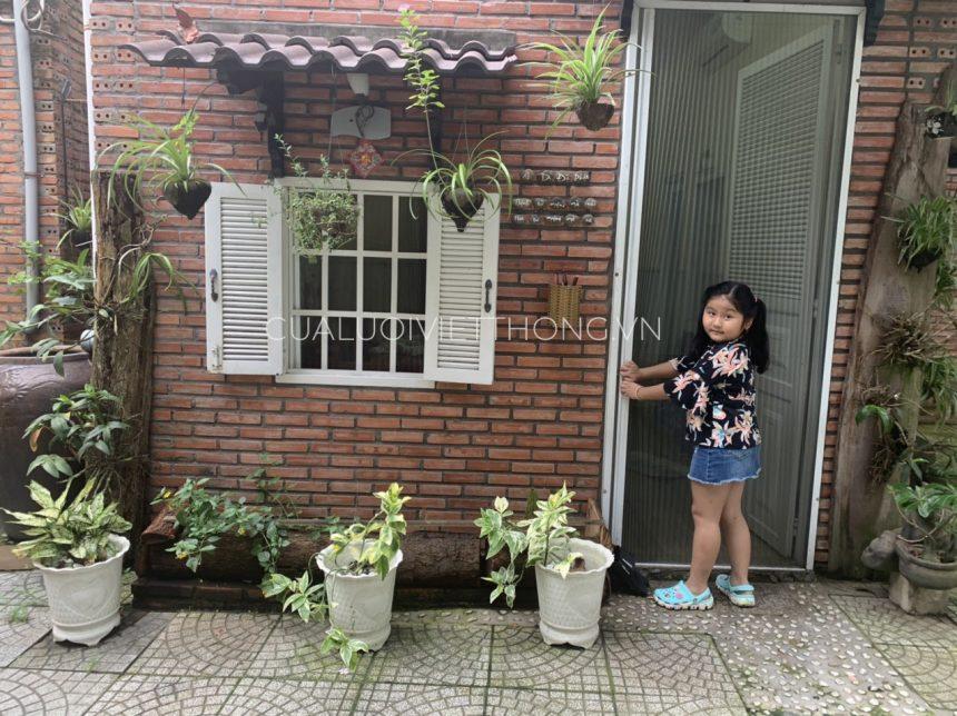 Cửa lưới chống muỗi đơn giản, dễ sử dụng cho mọi lứa tuổi